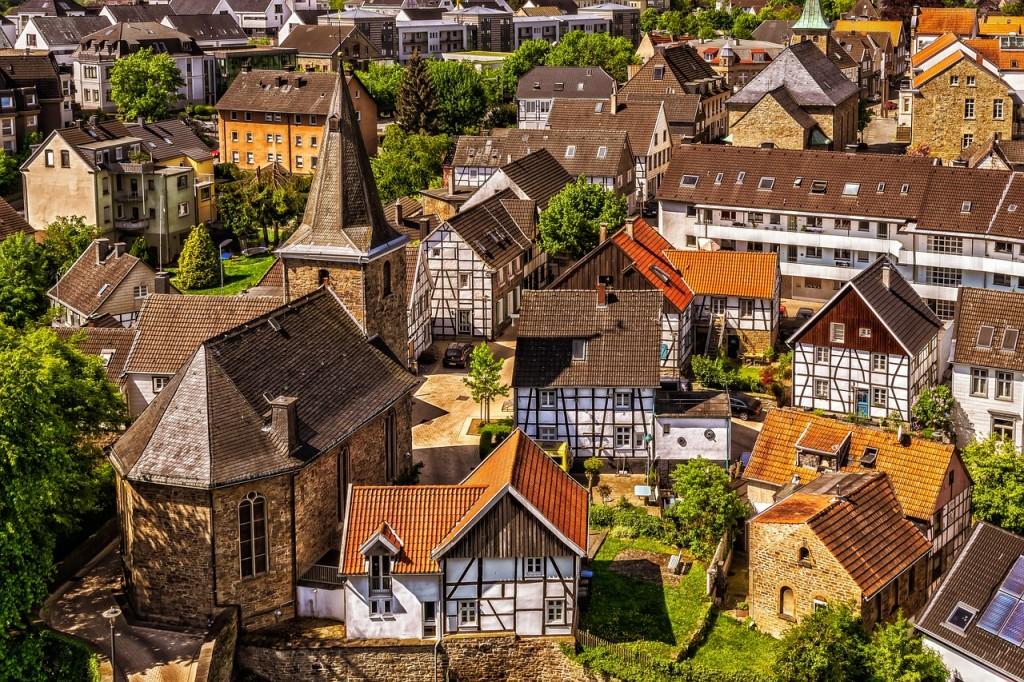 Von oben Ansicht einer attraktiven Kleinstadt